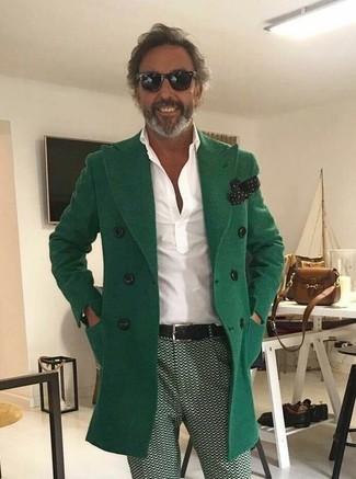 Wie kombinieren: grüner Mantel, weißes Polohemd, grüne bedruckte Chinohose, schwarzes und weißes gepunktetes Einstecktuch