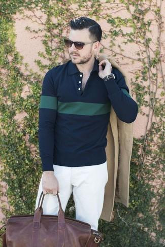 Wie kombinieren: beiger Mantel, dunkelblaues und grünes horizontal gestreiftes Polohemd, weiße Chinohose, dunkelbraune Leder Sporttasche