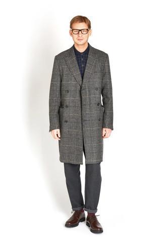 30 Jährige: Dunkelgraue Chinohose kombinieren – 331 Herren Outfits kalt Wetter: Vereinigen Sie einen dunkelgrauen Mantel mit Schottenmuster mit einer dunkelgrauen Chinohose, um einen eleganten, aber nicht zu festlichen Look zu kreieren. Fühlen Sie sich ideenreich? Entscheiden Sie sich für dunkelbraunen Leder Derby Schuhe.