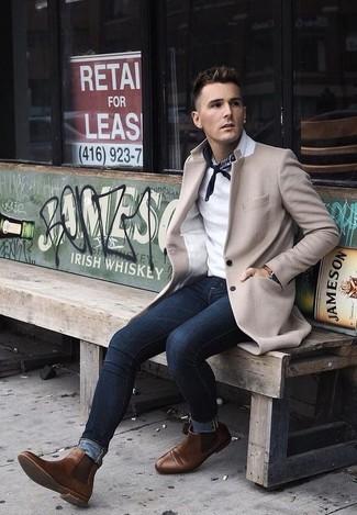 Wie kombinieren: beiger Mantel, weißes Polohemd, dunkelblaue enge Jeans, braune Chelsea-Stiefel aus Leder