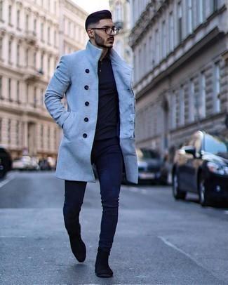 Smart-Casual Outfits Herren 2020: Kombinieren Sie einen hellblauen Mantel mit dunkelblauen engen Jeans für einen bequemen Alltags-Look. Putzen Sie Ihr Outfit mit schwarzen Chelsea Boots aus Wildleder.