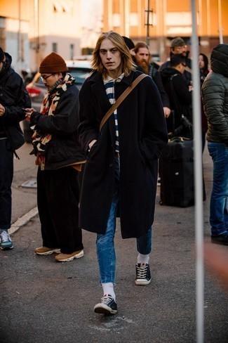 Blaue Jeans kombinieren – 500+ Herren Outfits: Erwägen Sie das Tragen von einem schwarzen Mantel und blauen Jeans, wenn Sie einen gepflegten und stylischen Look wollen. Suchen Sie nach leichtem Schuhwerk? Wählen Sie schwarzen und weißen Segeltuch niedrige Sneakers für den Tag.