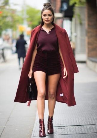 Dunkelrote Shorts kombinieren – 2 Damen Outfits kalt Wetter: Mit dieser Kombination aus einem dunkelroten Mantel und dunkelroten Shorts werden Sie die perfekte Balance zwischen legerem Tomboy-Look und modischem Stil erreichen. Vervollständigen Sie Ihr Look mit dunkelroten Leder Stiefeletten.