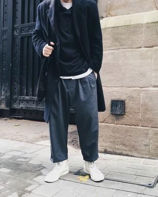 Dunkelgraue Chinohose kombinieren – 500+ Herren Outfits kalt Wetter: Ein dunkelblauer Mantel und eine dunkelgraue Chinohose sind eine großartige Outfit-Formel für Ihre Sammlung. Bringen Sie die Dinge durcheinander, indem Sie weißen hohe Sneakers aus Segeltuch mit diesem Outfit tragen.