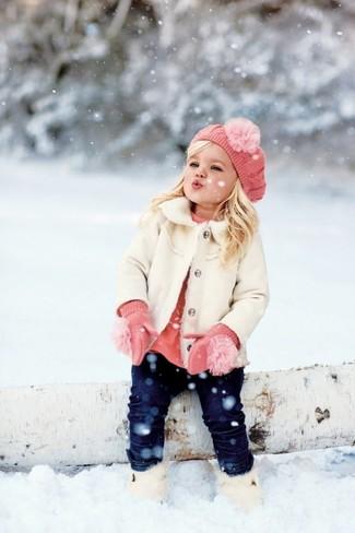 Wie kombinieren: weißer Mantel, rosa Pullover, dunkelblaue Jeans, weiße Stiefel