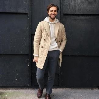 Hellbeige Pullover mit einem Kapuze kombinieren – 92 Herren Outfits: Paaren Sie einen hellbeige Pullover mit einem Kapuze mit einer dunkelgrauen Anzughose für einen für die Arbeit geeigneten Look. Machen Sie diese Aufmachung leger mit einer braunen Lederfreizeitstiefeln.