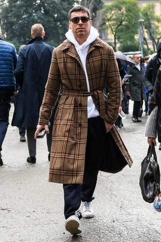 Wie kombinieren: brauner Mantel mit Schottenmuster, weißer Pullover mit einem Kapuze, schwarze Chinohose, weiße Segeltuch niedrige Sneakers