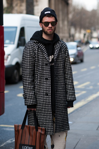 Wie kombinieren: schwarzer und weißer Mantel mit Karomuster, schwarzer und weißer bedruckter Pullover mit einem Kapuze, weiße bedruckte Chinohose, braune bedruckte Shopper Tasche aus Leder