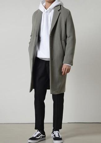30 Jährige: Schwarze Chinohose kombinieren: trends 2020: Kombinieren Sie einen grauen Mantel mit einer schwarzen Chinohose für einen für die Arbeit geeigneten Look. Schwarze und weiße niedrige Sneakers leihen Originalität zu einem klassischen Look.