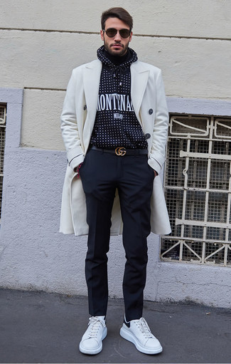 Weiße und schwarze Leder niedrige Sneakers kombinieren: trends 2020: Etwas Einfaches wie die Paarung aus einem weißen Mantel und einer dunkelblauen Chinohose kann Sie von der Menge abheben. Fühlen Sie sich mutig? Vervollständigen Sie Ihr Outfit mit weißen und schwarzen Leder niedrigen Sneakers.