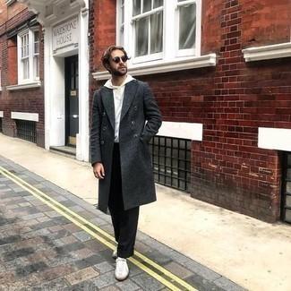 Dunkelgrüne Sonnenbrille kombinieren – 981+ Herren Outfits: Ein dunkelgrauer Mantel und eine dunkelgrüne Sonnenbrille sind eine großartige Outfit-Formel für Ihre Sammlung. Dieses Outfit passt hervorragend zusammen mit weißen Segeltuch niedrigen Sneakers.