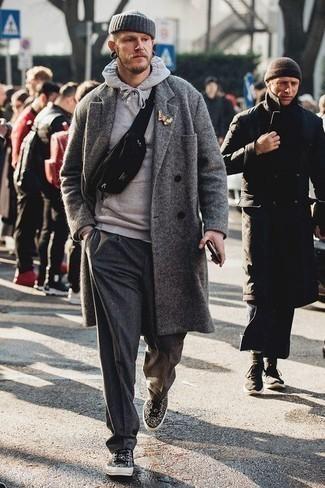 Dunkelgraue Chinohose kombinieren – 500+ Herren Outfits kalt Wetter: Entscheiden Sie sich für einen grauen Mantel und eine dunkelgraue Chinohose, um einen modischen Freizeitlook zu kreieren. Fühlen Sie sich mutig? Ergänzen Sie Ihr Outfit mit schwarzen und weißen bedruckten Segeltuch niedrigen Sneakers.