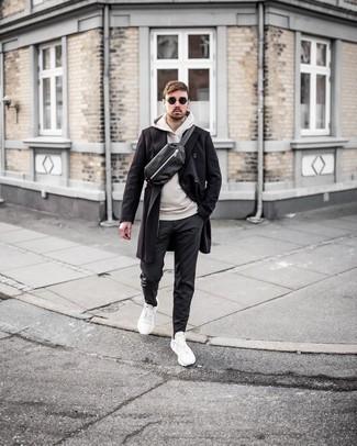 Dunkelgraue Chinohose kombinieren – 500+ Herren Outfits kalt Wetter: Vereinigen Sie einen schwarzen Mantel mit einer dunkelgrauen Chinohose, wenn Sie einen gepflegten und stylischen Look wollen. Fühlen Sie sich ideenreich? Ergänzen Sie Ihr Outfit mit weißen Sportschuhen.