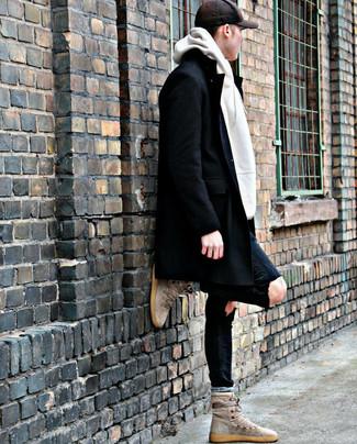 Wie kombinieren: schwarzer Mantel, weißer Pullover mit einem Kapuze, schwarze enge Jeans mit Destroyed-Effekten, hellbeige hohe Sneakers aus Wildleder