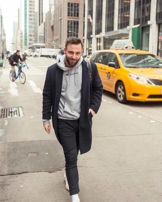 Wie kombinieren: schwarzer Mantel, grauer Pullover mit einem Kapuze, schwarze enge Jeans, weiße Leder niedrige Sneakers