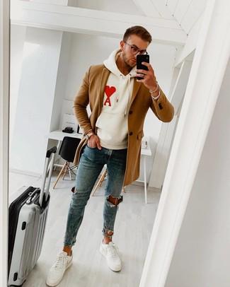 Wie kombinieren: camel Mantel, weißer bedruckter Pullover mit einem Kapuze, blaue enge Jeans mit Destroyed-Effekten, weiße Leder niedrige Sneakers