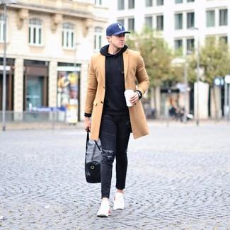 Dunkelblaue bedruckte Baseballkappe kombinieren: Für ein bequemes Couch-Outfit, entscheiden Sie sich für einen camel Mantel und eine dunkelblaue bedruckte Baseballkappe. Suchen Sie nach leichtem Schuhwerk? Ergänzen Sie Ihr Outfit mit weißen Sportschuhen für den Tag.