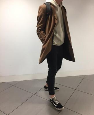 Niedrige Sneakers kombinieren: trends 2020: Kombinieren Sie einen braunen Mantel mit schwarzen engen Jeans, um einen lockeren, aber dennoch stylischen Look zu erhalten. Fühlen Sie sich mutig? Vervollständigen Sie Ihr Outfit mit niedrigen Sneakers.