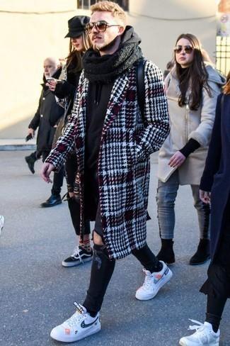 20 Jährige: Schwarzen Schal kombinieren: trends 2020: Für ein bequemes Couch-Outfit, entscheiden Sie sich für einen dunkelroten Mantel mit Schottenmuster und einen schwarzen Schal. Fühlen Sie sich mutig? Entscheiden Sie sich für weißen und dunkelblauen Leder niedrige Sneakers.