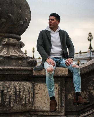 Herren Outfits 2020: Kombinieren Sie einen dunkelgrauen Mantel mit hellblauen engen Jeans mit Destroyed-Effekten für ein großartiges Wochenend-Outfit. Dunkelbraune Chelsea Boots aus Wildleder sind eine einfache Möglichkeit, Ihren Look aufzuwerten.