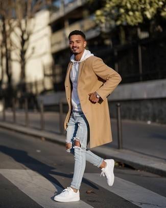 Weiße Leder niedrige Sneakers kombinieren – 500+ Herren Outfits: Die Kombination von einem camel Mantel und hellblauen engen Jeans mit Destroyed-Effekten erlaubt es Ihnen, Ihren Freizeitstil klar und einfach zu halten. Weiße Leder niedrige Sneakers sind eine kluge Wahl, um dieses Outfit zu vervollständigen.