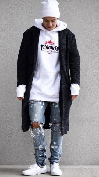 Wie kombinieren: schwarzer Mantel, weißer bedruckter Pullover mit einem Kapuze, hellblaue Jeans mit Destroyed-Effekten, weiße niedrige Sneakers