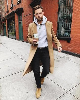 Wie kombinieren: camel Mantel, grauer Pullover mit einem Kapuze, schwarze Jeans, beige Chelsea-Stiefel aus Wildleder