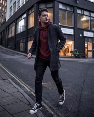 Dunkelgrauen Mantel kombinieren – 500+ Herren Outfits: Kombinieren Sie einen dunkelgrauen Mantel mit schwarzen Jeans, um einen eleganten, aber nicht zu festlichen Look zu kreieren. Fühlen Sie sich mutig? Ergänzen Sie Ihr Outfit mit schwarzen bedruckten Segeltuch niedrigen Sneakers.