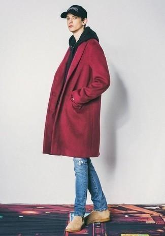 Teenager: Outfits Herren 2020: Kombinieren Sie einen roten Mantel mit blauen Jeans mit Destroyed-Effekten für ein großartiges Wochenend-Outfit. Heben Sie dieses Ensemble mit hellbeige Chelsea Boots aus Wildleder hervor.