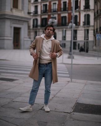 Weiße hohe Sneakers aus Segeltuch kombinieren – 500+ Herren Outfits: Erwägen Sie das Tragen von einem camel Mantel und hellblauen Jeans für einen für die Arbeit geeigneten Look. Fühlen Sie sich mutig? Entscheiden Sie sich für weißen hohe Sneakers aus Segeltuch.