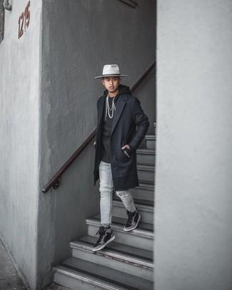 Schwarzen Mantel kombinieren – 834+ Herren Outfits: Tragen Sie einen schwarzen Mantel und grauen Jeans mit Destroyed-Effekten, um einen lockeren, aber dennoch stylischen Look zu erhalten. Suchen Sie nach leichtem Schuhwerk? Komplettieren Sie Ihr Outfit mit schwarzen bedruckten hohen Sneakers aus Leder für den Tag.