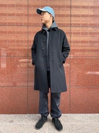 Grauen Pullover mit einem Kapuze kombinieren – 616+ Herren Outfits: Kombinieren Sie einen grauen Pullover mit einem Kapuze mit einer dunkelgrauen Jogginghose für einen entspannten Wochenend-Look. Schalten Sie Ihren Kleidungsbestienmodus an und machen dunkelgrünen Chukka-Stiefel aus Wildleder zu Ihrer Schuhwerkwahl.