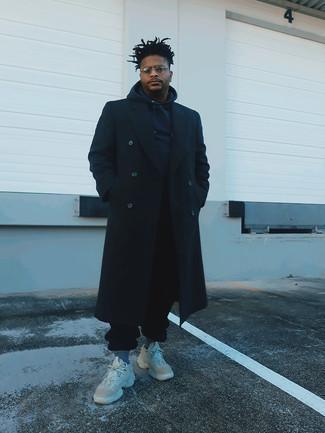 Schwarzen Mantel kombinieren – 843+ Herren Outfits: Entscheiden Sie sich für einen schwarzen Mantel und eine schwarze Jogginghose für einen bequemen Alltags-Look. Suchen Sie nach leichtem Schuhwerk? Komplettieren Sie Ihr Outfit mit hellbeige Sportschuhen für den Tag.