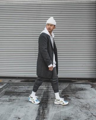 Dunkelgrauen Mantel kombinieren – 1200+ Herren Outfits: Entscheiden Sie sich für einen dunkelgrauen Mantel und eine dunkelgraue Jogginghose für einen bequemen Alltags-Look. Machen Sie diese Aufmachung leger mit weißen und blauen Sportschuhen.