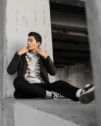 Schwarzen Mantel kombinieren – 834+ Herren Outfits: Vereinigen Sie einen schwarzen Mantel mit einer schwarzen Chinohose, um einen modischen Freizeitlook zu kreieren. Wenn Sie nicht durch und durch formal auftreten möchten, vervollständigen Sie Ihr Outfit mit schwarzen und weißen hohen Sneakers aus Segeltuch.