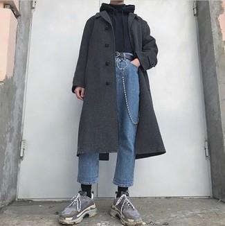 Wie kombinieren: dunkelgrauer Mantel, schwarzer Pullover mit einem Kapuze, schwarzer Rollkragenpullover, blaue Jeans