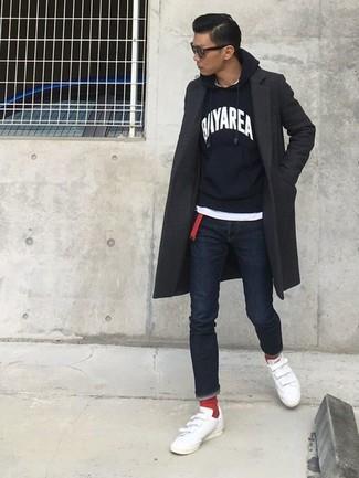 Wie kombinieren: dunkelgrauer Mantel, schwarzer und weißer bedruckter Pullover mit einem Kapuze, weißes T-Shirt mit einem Rundhalsausschnitt, dunkelblaue enge Jeans