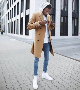 Wie kombinieren: camel Mantel, grauer Pullover mit einem Kapuze, weißes T-Shirt mit einem Rundhalsausschnitt, blaue enge Jeans