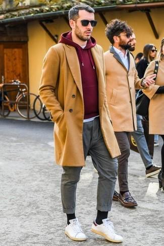 Wie kombinieren: camel Mantel, dunkelroter Pullover mit einem Kapuze, weißes T-Shirt mit einem Rundhalsausschnitt, graue Chinohose