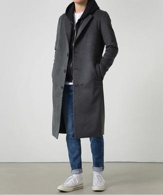 Dunkelgrauen Mantel kombinieren: trends 2020: Kombinieren Sie einen dunkelgrauen Mantel mit blauen Jeans für Drinks nach der Arbeit. Fühlen Sie sich ideenreich? Ergänzen Sie Ihr Outfit mit weißen Segeltuch niedrigen Sneakers.