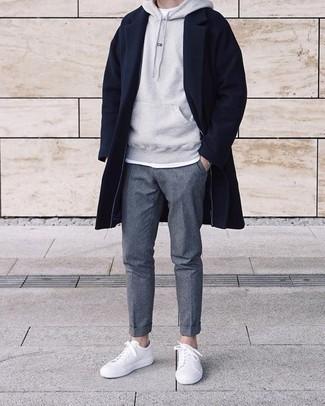 Dunkelgraue Chinohose kombinieren – 500+ Herren Outfits kalt Wetter: Ein dunkelblauer Mantel und eine dunkelgraue Chinohose sind eine großartige Outfit-Formel für Ihre Sammlung. Bringen Sie die Dinge durcheinander, indem Sie weißen Leder niedrige Sneakers mit diesem Outfit tragen.