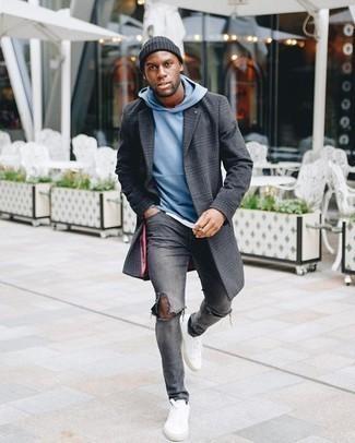 Graue enge Jeans mit Destroyed-Effekten kombinieren – 88 Herren Outfits: Ein dunkelgrauer Mantel mit Schottenmuster und graue enge Jeans mit Destroyed-Effekten vermitteln eine sorglose und entspannte Atmosphäre. Fügen Sie weiße Segeltuch niedrige Sneakers für ein unmittelbares Style-Upgrade zu Ihrem Look hinzu.