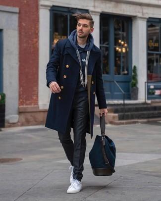 Dunkelgraue Chinohose kombinieren – 500+ Herren Outfits kalt Wetter: Kombinieren Sie einen dunkelblauen Mantel mit einer dunkelgrauen Chinohose, um einen modischen Freizeitlook zu kreieren. Fühlen Sie sich ideenreich? Komplettieren Sie Ihr Outfit mit weißen Segeltuch niedrigen Sneakers.