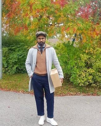 Smart-Casual kalt Wetter Outfits Herren 2020: Kombinieren Sie einen grauen Mantel mit dunkelblauen Jeans für Drinks nach der Arbeit.