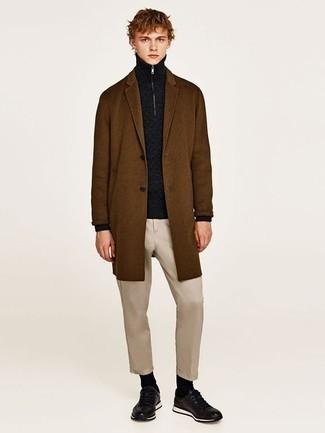 Dunkelblauen Pullover mit einem Reißverschluss am Kragen kombinieren: trends 2020: Kombinieren Sie einen dunkelblauen Pullover mit einem Reißverschluss am Kragen mit einer hellbeige Chinohose, um mühelos alles zu meistern, was auch immer der Tag bringen mag. Fühlen Sie sich ideenreich? Vervollständigen Sie Ihr Outfit mit schwarzen Sportschuhen.