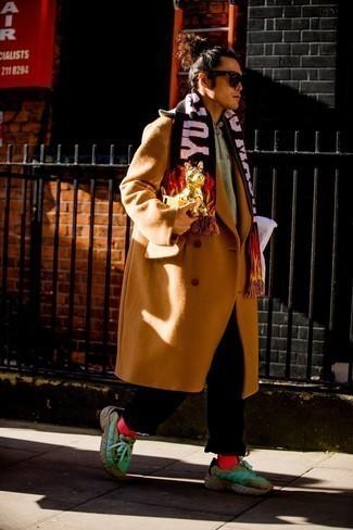 Dunkelbraune Sonnenbrille kombinieren – 500+ Herren Outfits: Ein rotbrauner Mantel und eine dunkelbraune Sonnenbrille sind eine perfekte Outfit-Formel für Ihre Sammlung. Fühlen Sie sich ideenreich? Wählen Sie grünen Sportschuhe.