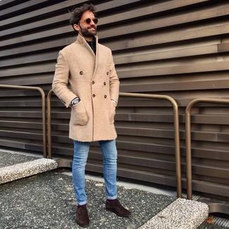 Wie kombinieren: beiger Mantel, schwarzer Pullover mit einem Reißverschluss am Kragen, blaue enge Jeans, dunkelbraune Wildleder Oxford Schuhe
