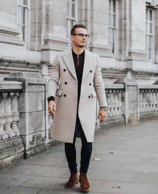 Wie kombinieren: beiger Mantel, dunkellila Pullover mit einem Reißverschluss am Kragen, dunkelblaue enge Jeans, braune Chelsea-Stiefel aus Wildleder