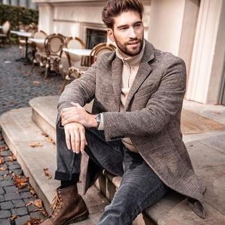 Braune Lederfreizeitstiefel kombinieren – 500+ Herren Outfits: Entscheiden Sie sich für einen grauen Mantel mit Schottenmuster und dunkelgrauen Jeans, wenn Sie einen gepflegten und stylischen Look wollen. Komplettieren Sie Ihr Outfit mit einer braunen Lederfreizeitstiefeln.