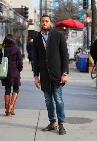 Schwarzen Mantel kombinieren: trends 2020: Kombinieren Sie einen schwarzen Mantel mit blauen Jeans, wenn Sie einen gepflegten und stylischen Look wollen. Eine dunkelbraune Lederfreizeitstiefel sind eine gute Wahl, um dieses Outfit zu vervollständigen.